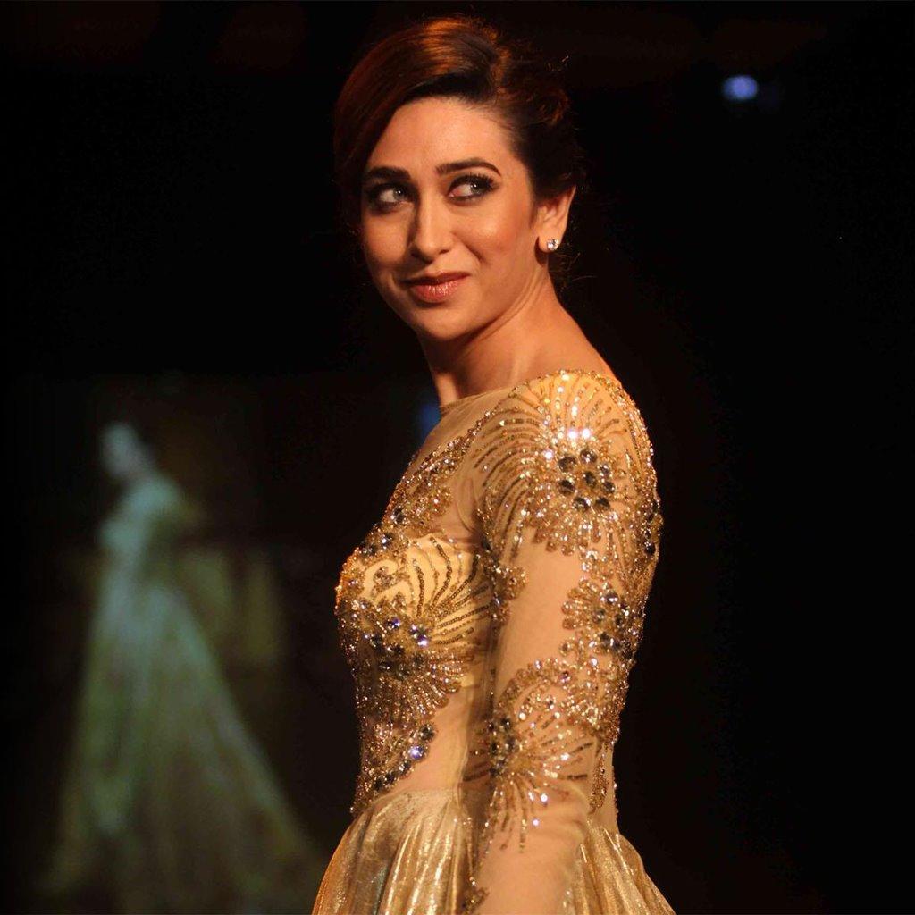 Karisma Kapoor Cute Smile Images