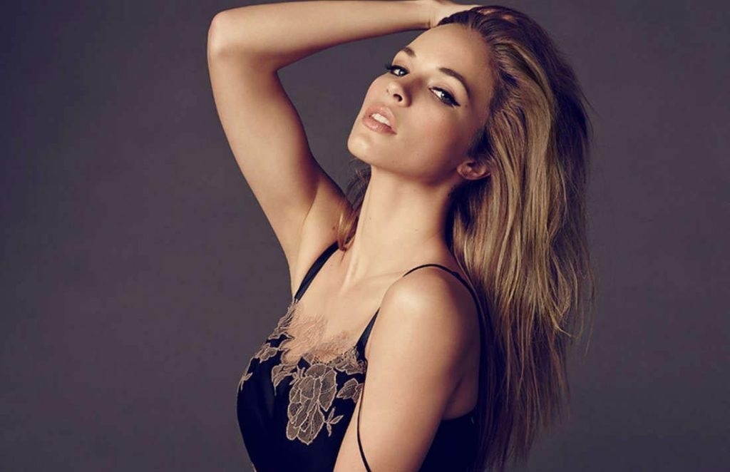Alexis Knapp New Hair Style Pictures