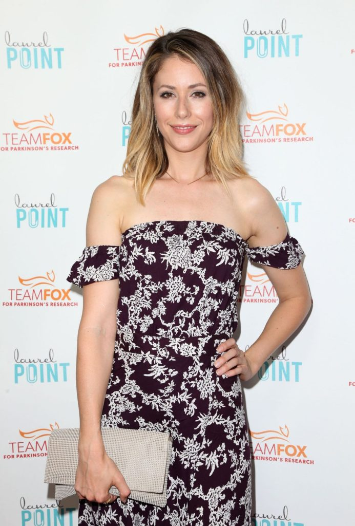 Amanda Crew In Offsholder Clothes Images