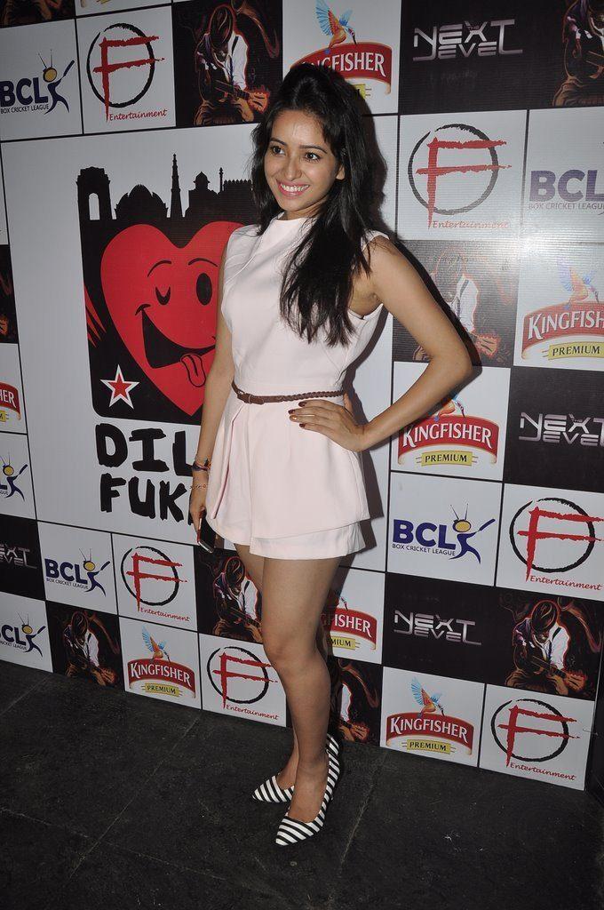 Asha Negi Photos Download