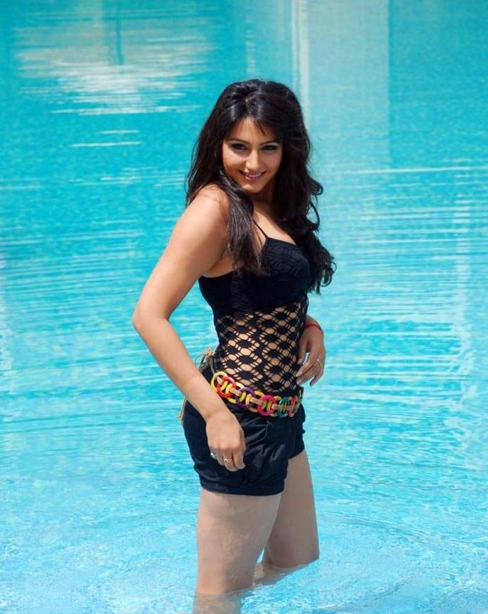 Ragini Dwivedi Charming & Attactive Images In Water