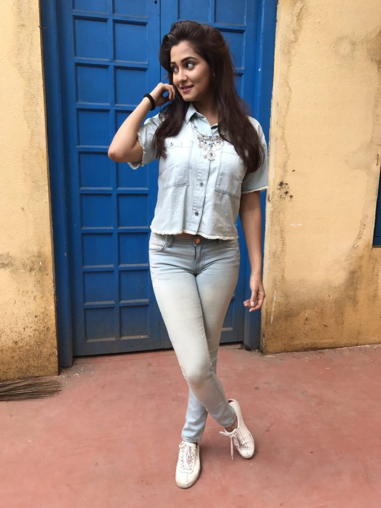 Srishti Jain Images In Jeans Top