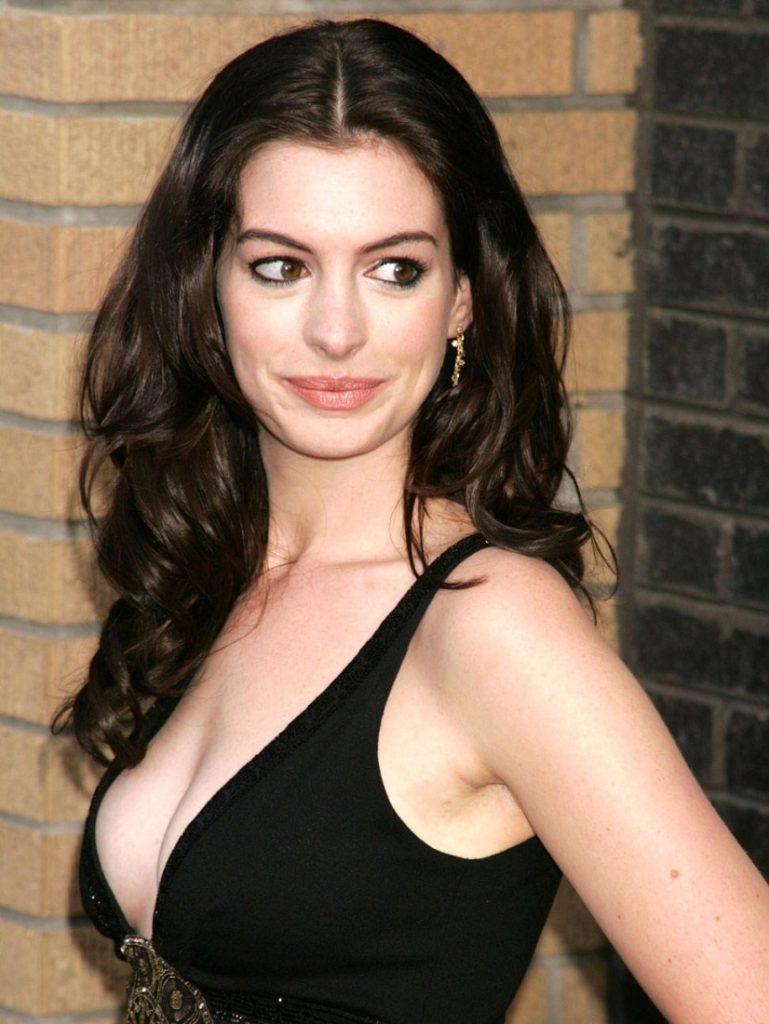 Anne Hathaway Images In Bikini HD