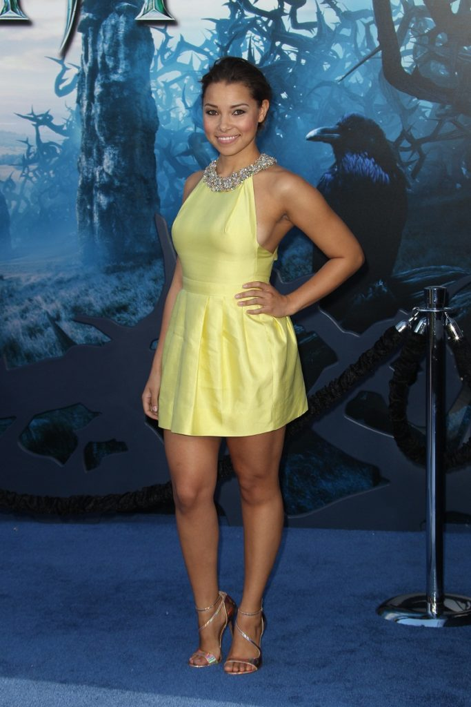 Jessica Parker Kennedy Wallpapers In Short Cloths