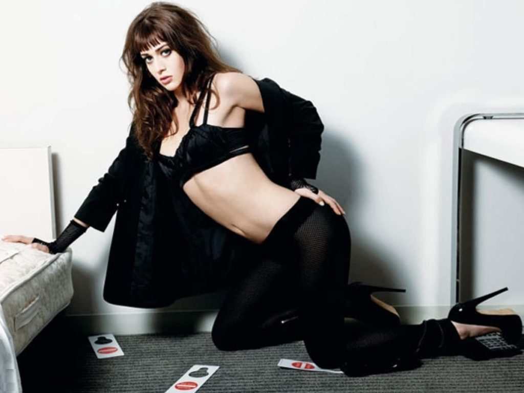 Lizzy Caplan Hot Boobs Showing Images In Bra Panty