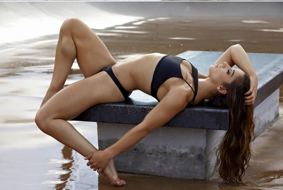 Aly Raisman Spicy Navel & Legs Showing Pictures