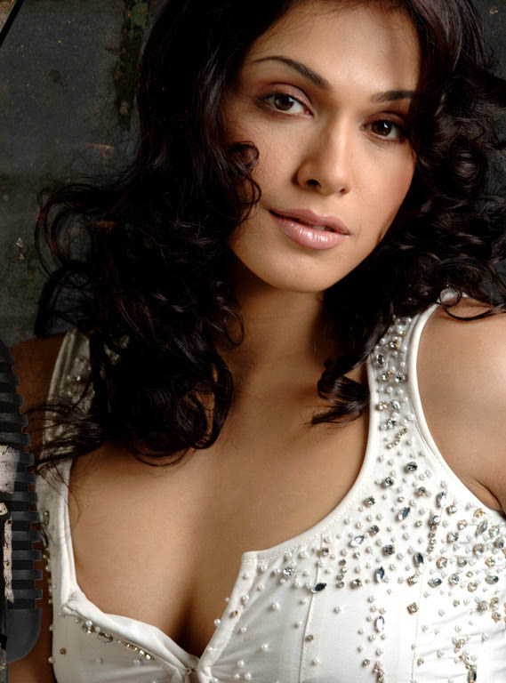 Isha Koppikar Hot Wallpapers In Bra