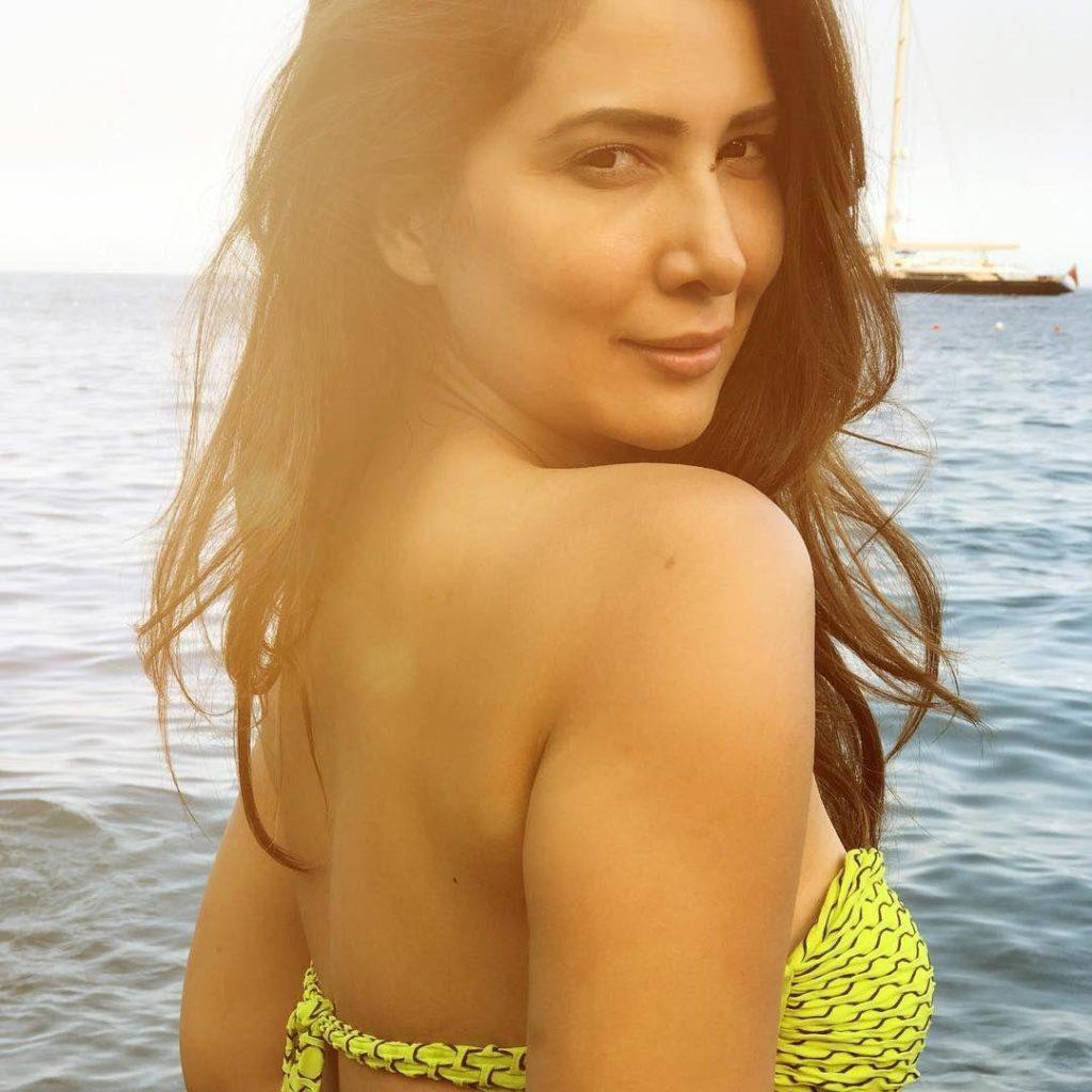 Kim Sharma Hot Backside Backless Images