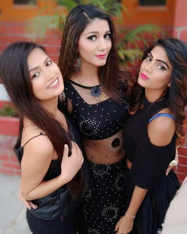 Sapna Choudhary Pics With His Friends
