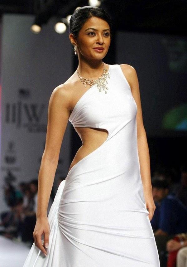 Surveen Chawla HD Pics At Rampwalk