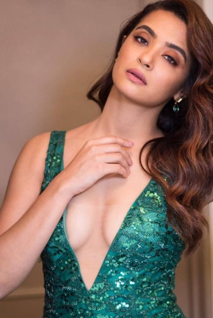 Surveen Chawla Hot Boobs Pics Without Bra