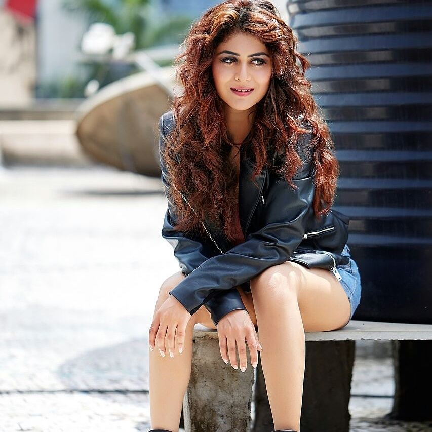 Falaq Naaz Hot & Sexy Legs Showing HD Wallpapers