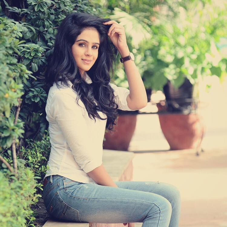 Fenil Umrigar Sexy Pictures In Jeans Top