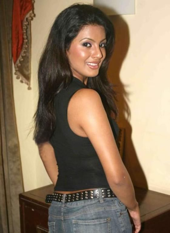 Geeta Basra Hot Images In Jeans Top