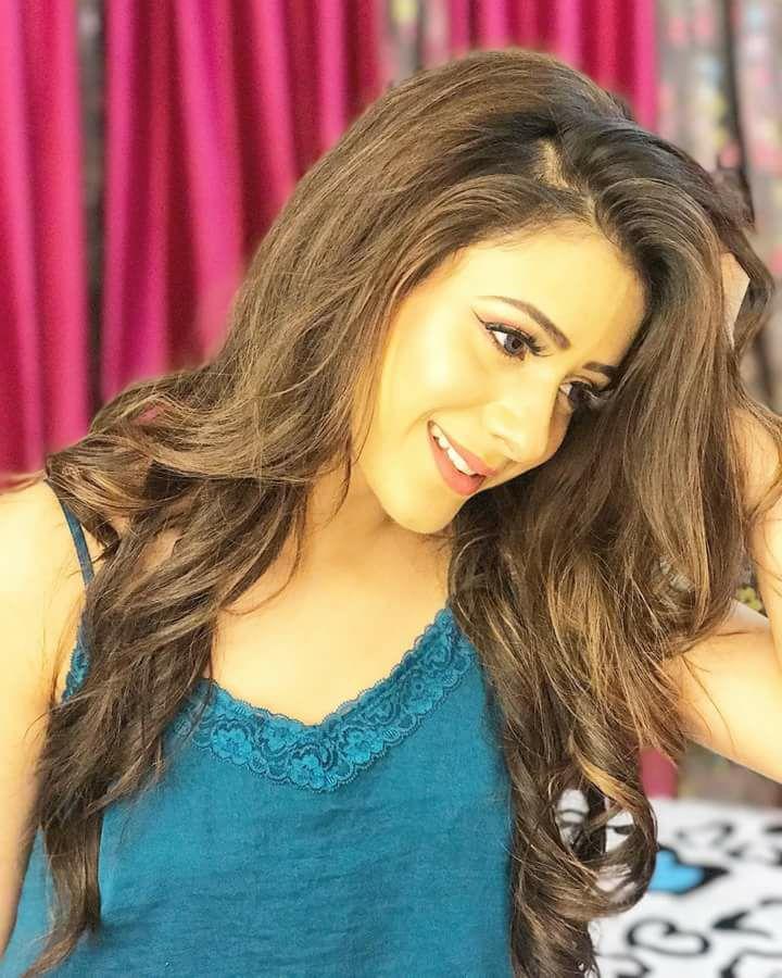 Hiba Nawab Cute Smile Pics