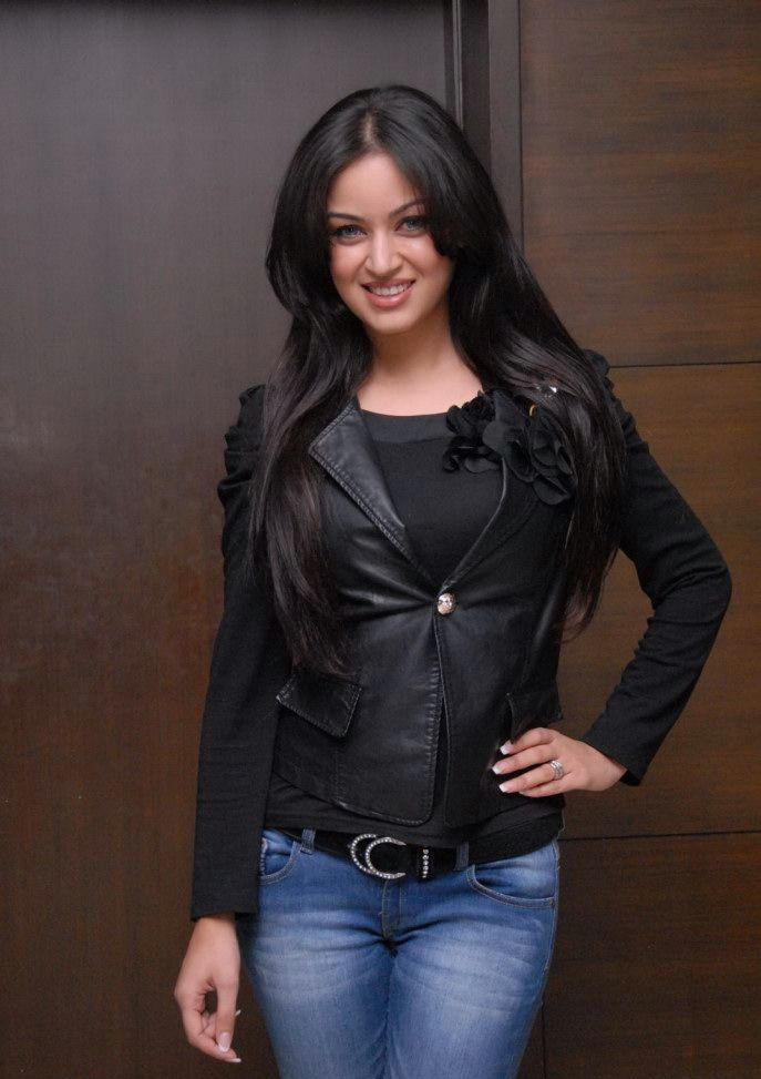 Maryam Zakaria Hot In Jeans Top Wallpapers
