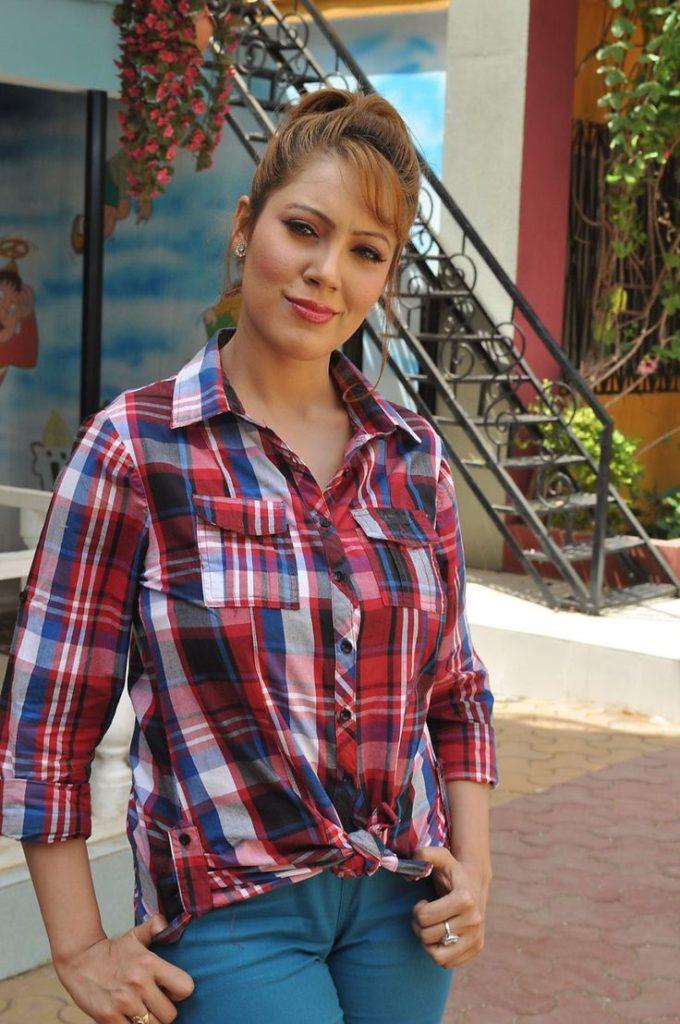 Munmun Dutta Hot HD Images In Jeans Top
