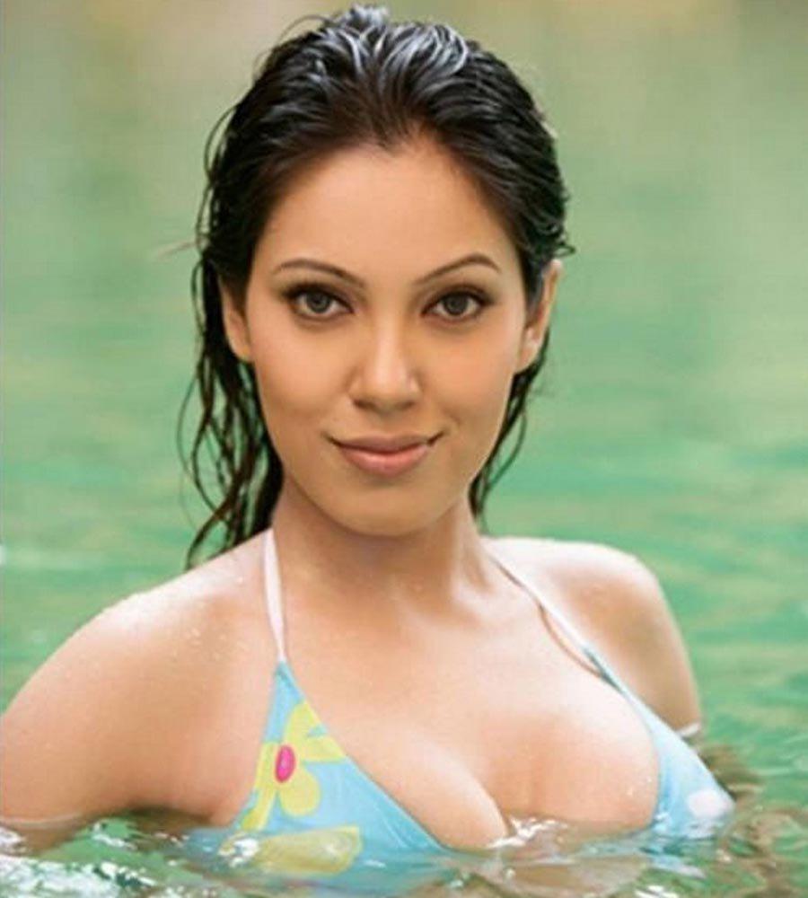 Munmun Dutta Hot Pictures In Bra In Swiming Pool