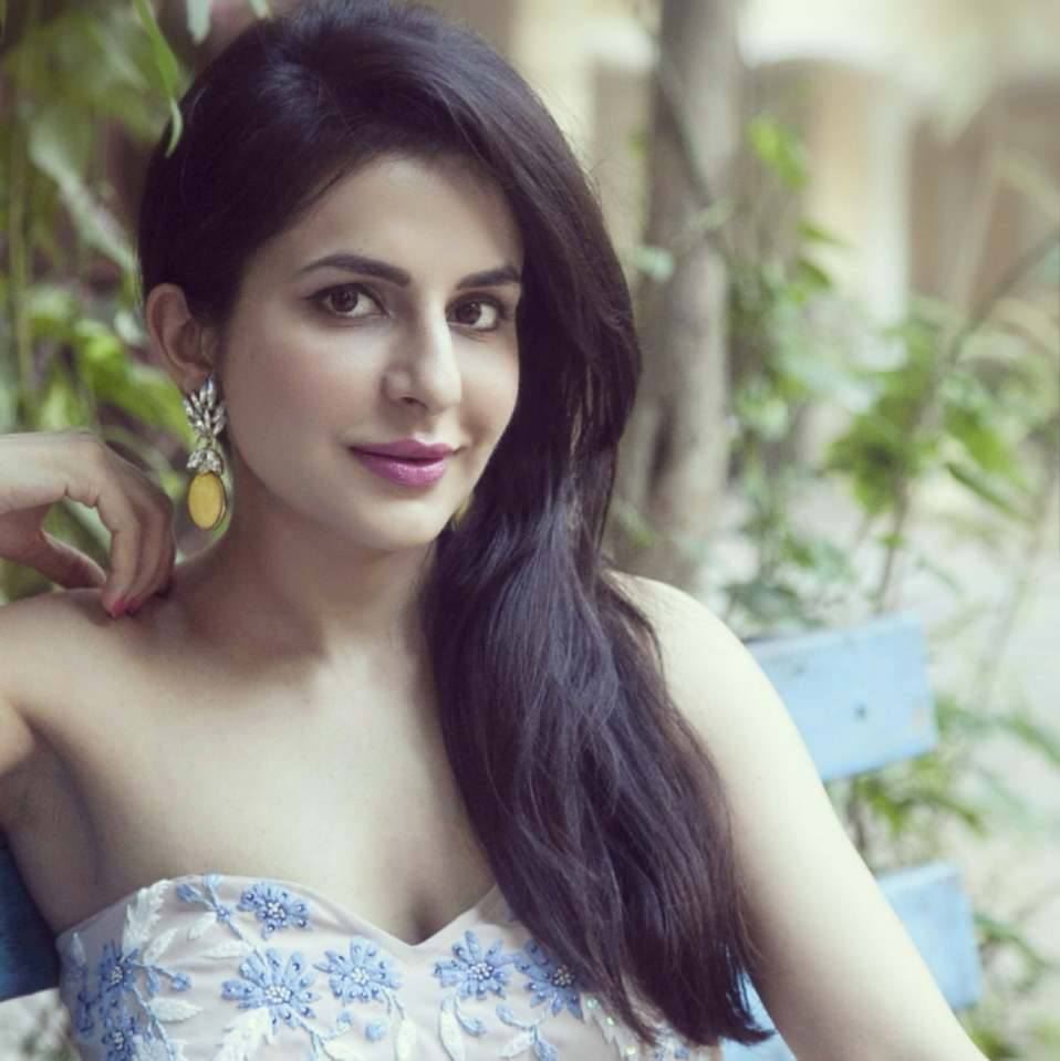 Roop Durgapal Latest New Hair Style Pictures