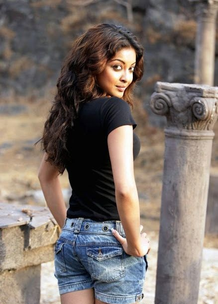 Tanushree Dutta Hot Images In Short Jeans & Top