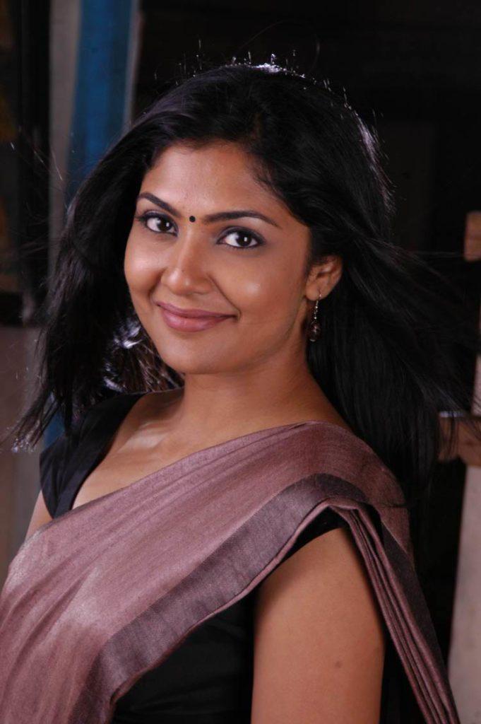 Kamalinee Mukherjee Cutes Smiling Pictures