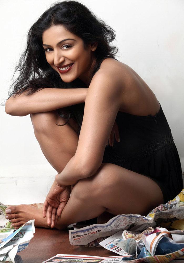 Padmapriya Hot Sexy Thigh Pics In Bikini