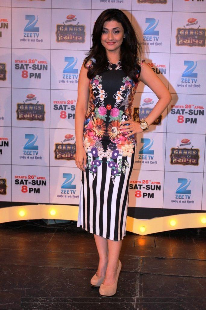 Ragini Khanna Hot In Short Cloths