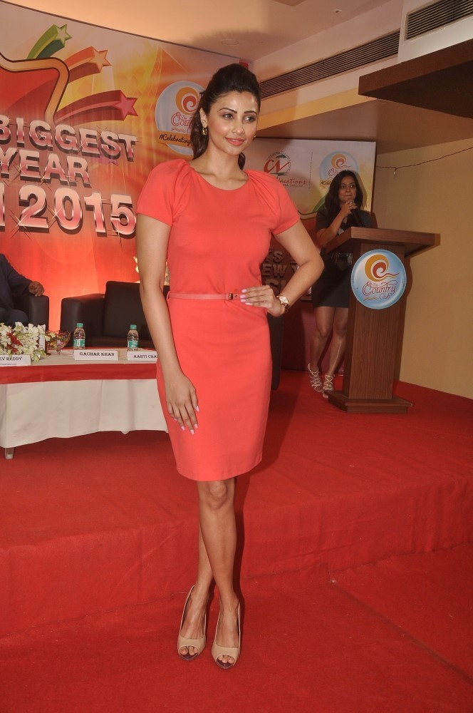 Daisy Shah Hot & Sexy Legs Images