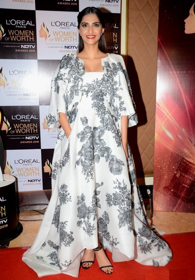 Indian Actress Sonam Kapoor Latest HD Photos Images Pics