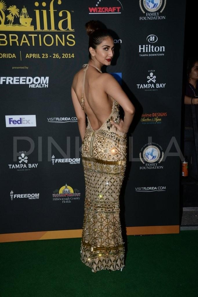 Sizzling & Cute Vaani Kapoor Beautiful Images In Backless Cloths At Award Show