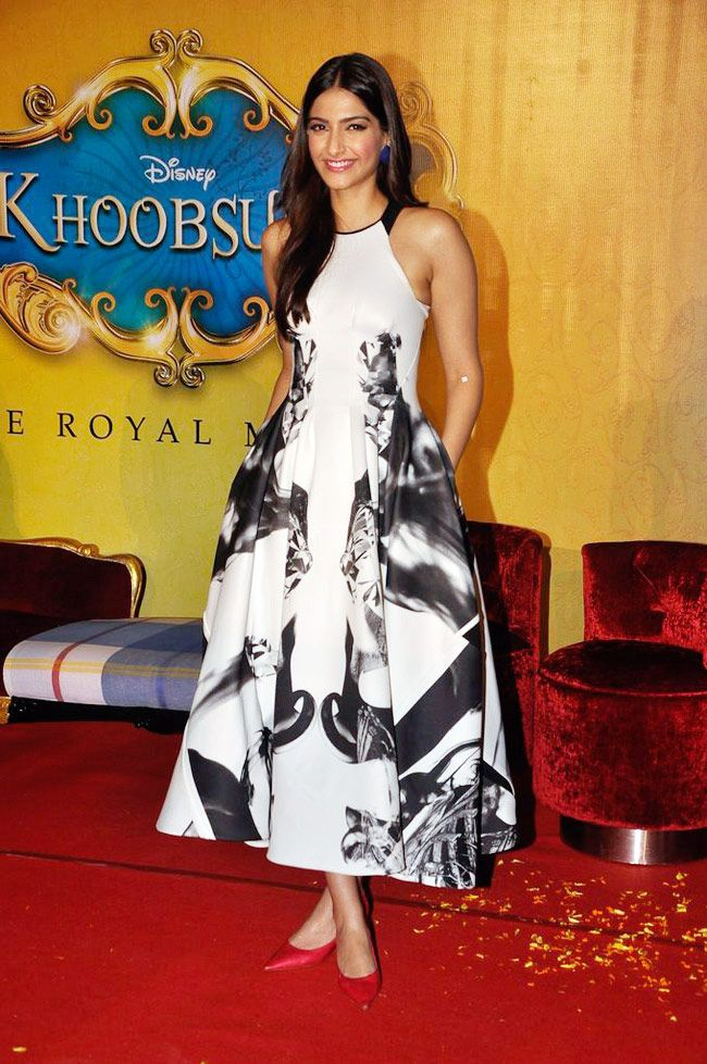 Sonam Kapoor Beautiful Looking Photos
