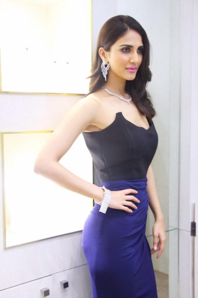 Vaani Kapoor Hot & Sexy Pictures In Off Shoulder Cloths