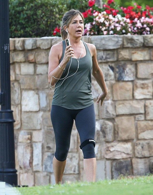 Actress Jennifer Aniston Hot Images & Photos Wallpapers