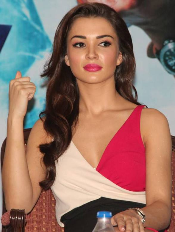 Amy Jackson Full HD Photos Gallery At Show