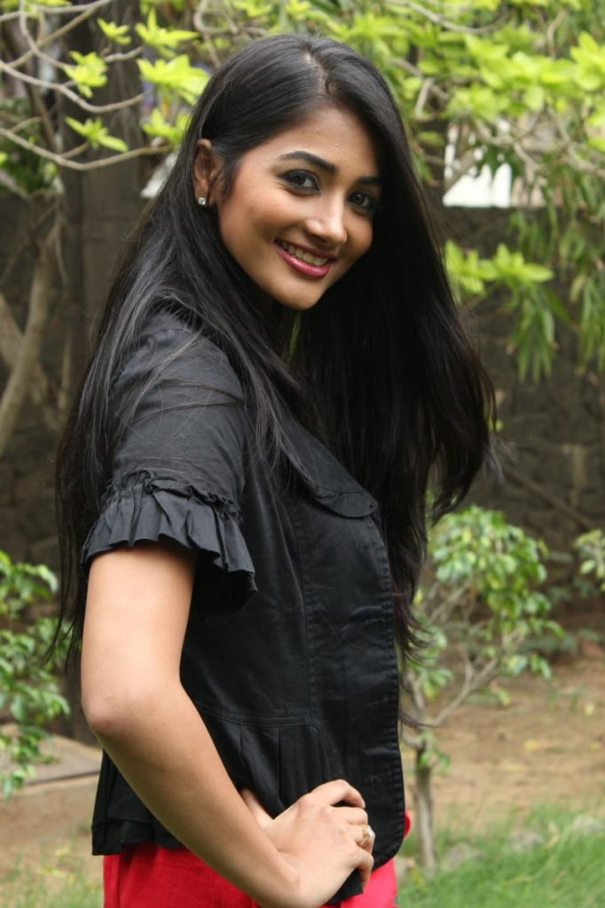 Bollywood Actress Pooja Hegde Wallpapers