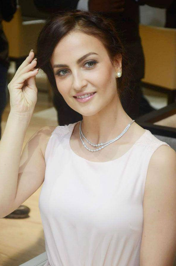 Elli AvrRam Full HD Photos