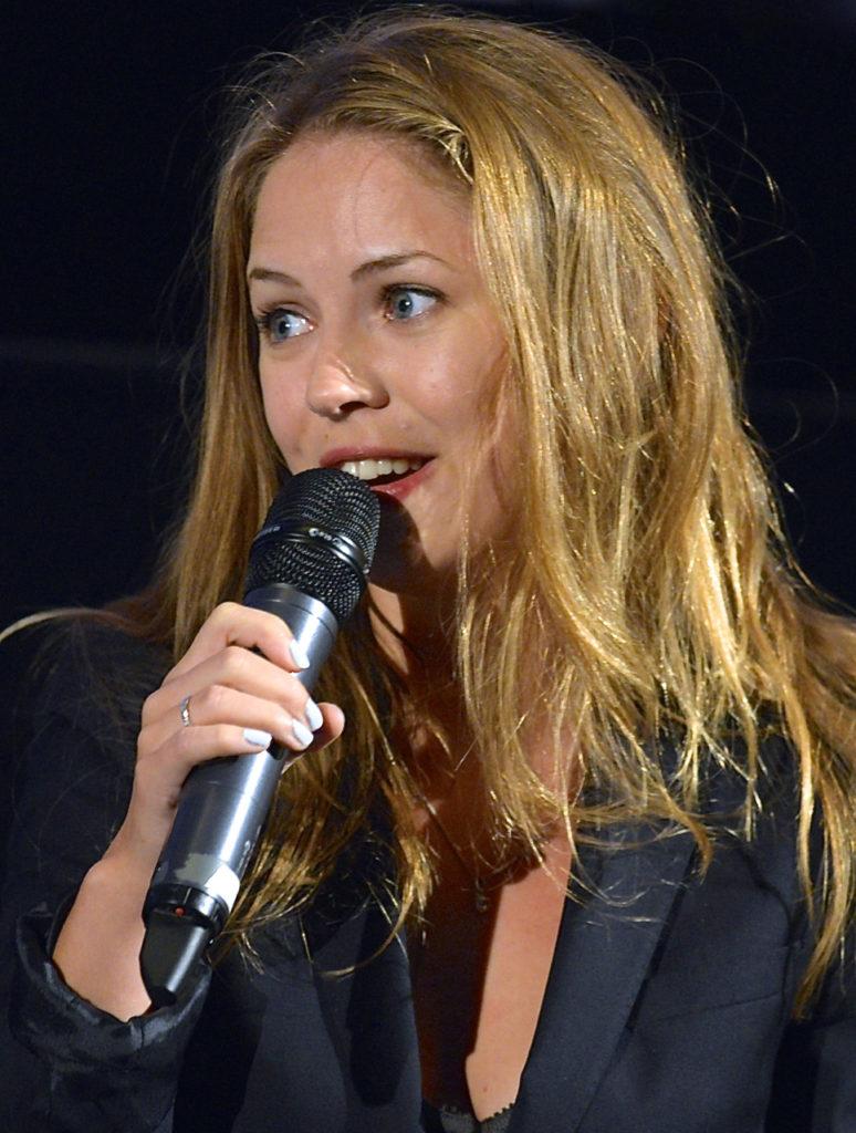 Alexandra Dahlström Singing Song Pics