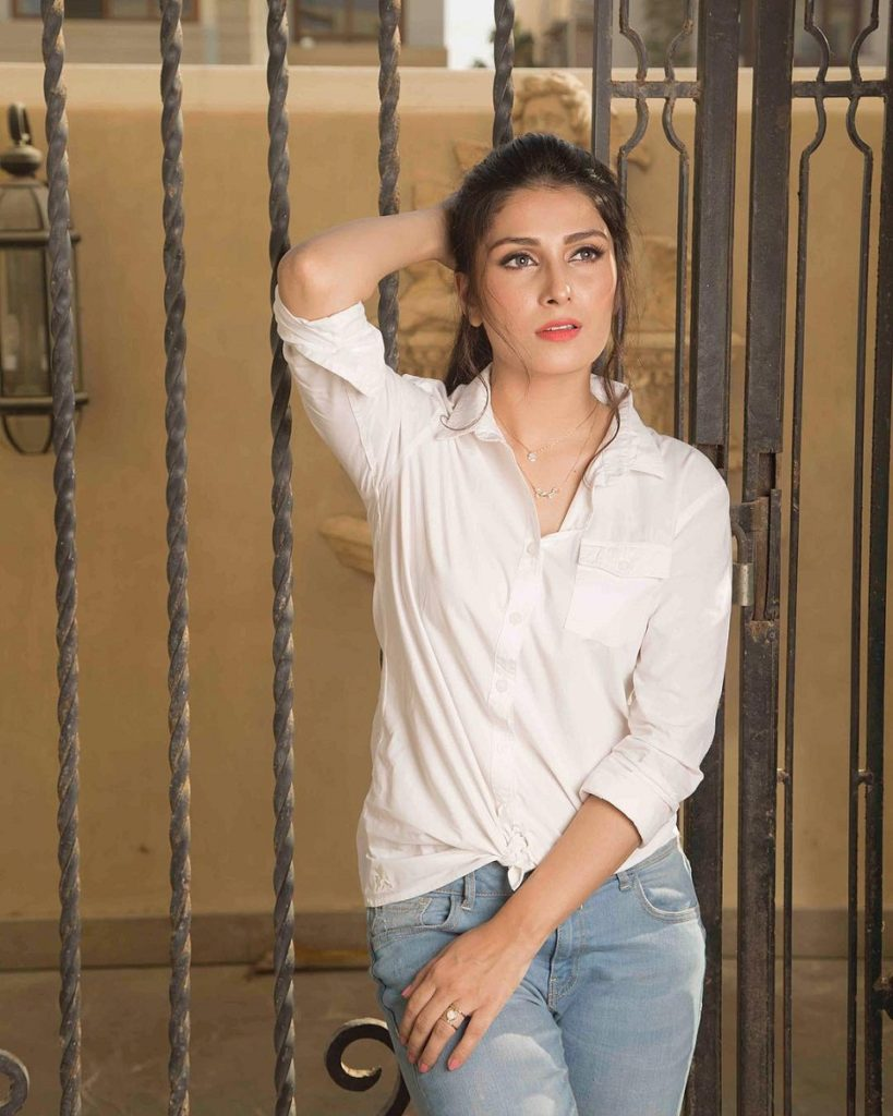 Ayeza Khan Hot Pictures In Jeans Top