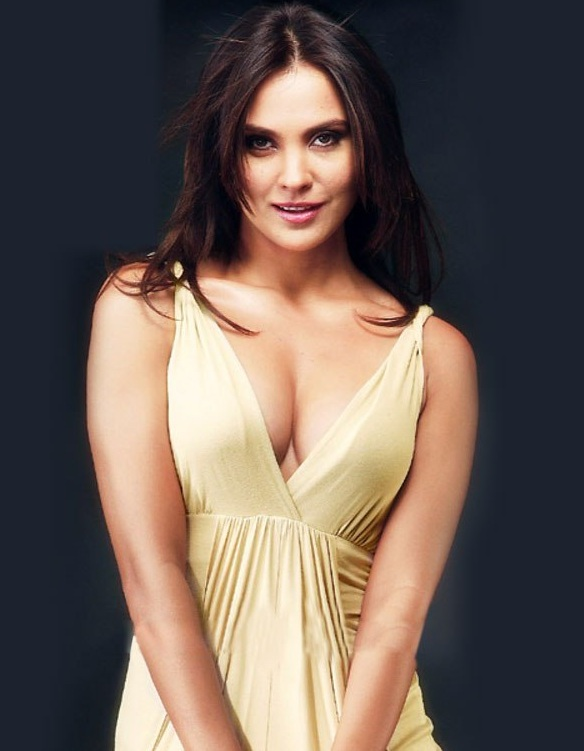 Lara Dutta Hot Boobs Pics