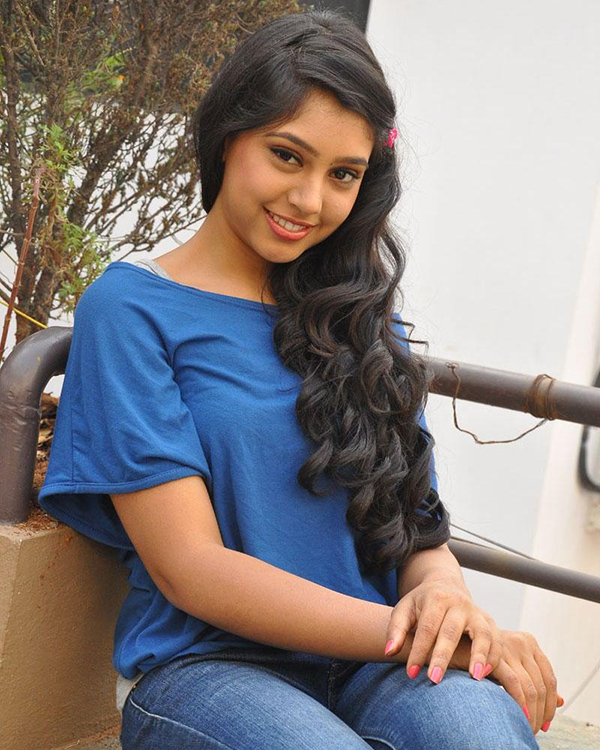 Niti Taylor Cute Look In Blue Top