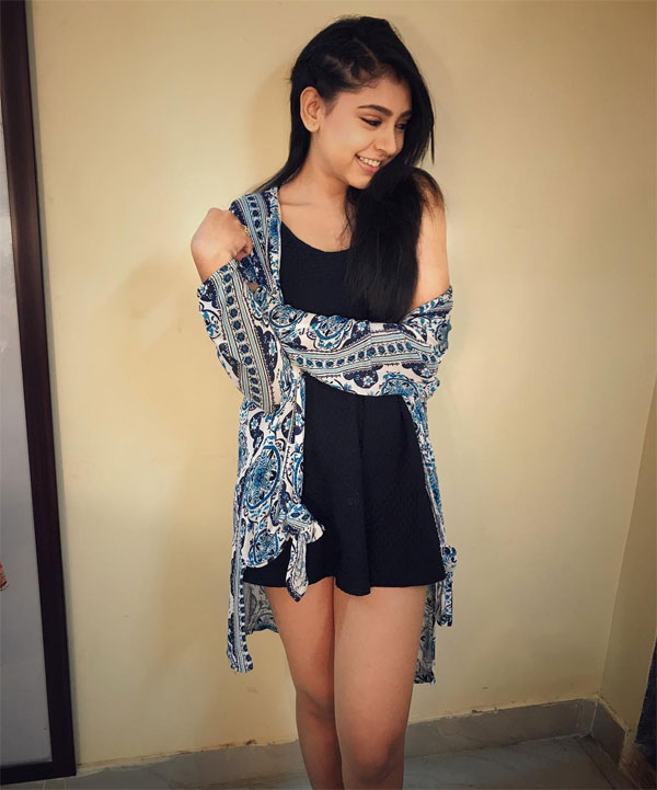 Niti Taylor Hot Boobs & Sexy Legs Images