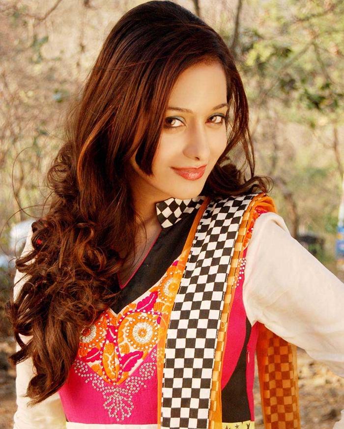 Preetika Rao Hot Images In Saree