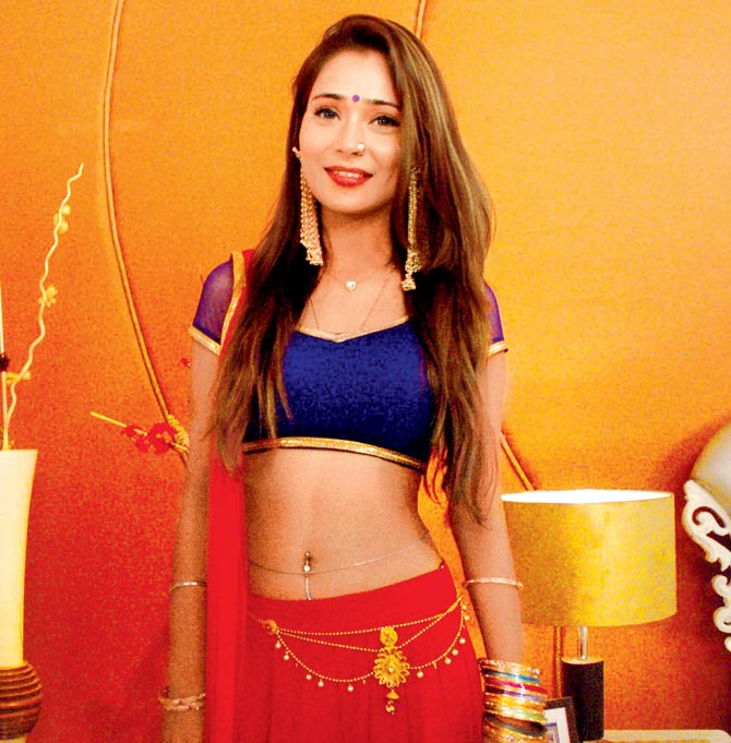 Sara Khan Hot & Sexy Navel Pictures Download