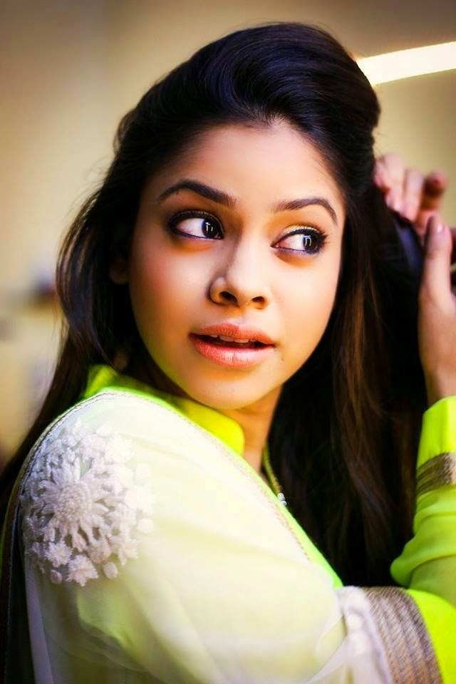 Sumona Chakravarti Beautiful Smile Pictures