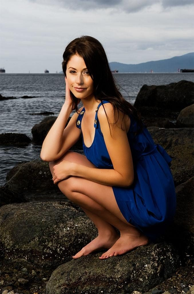 Amanda Crew In Very Short Cloths HD Pics