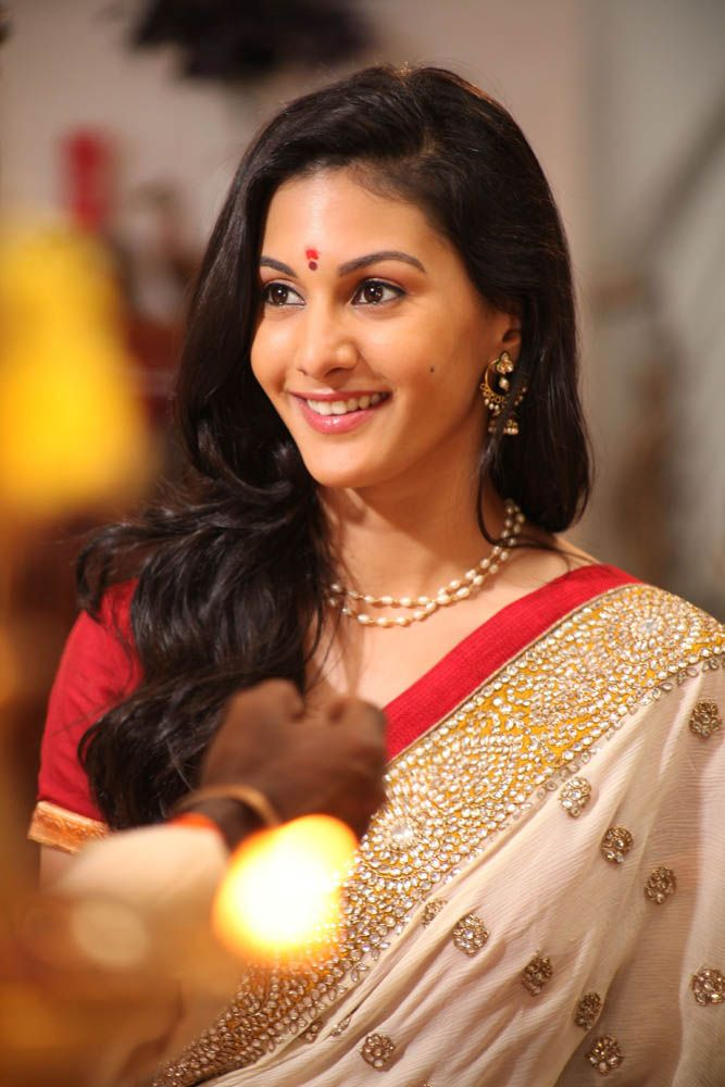 Amyra Dastur Cute & Lovely Images In Saree
