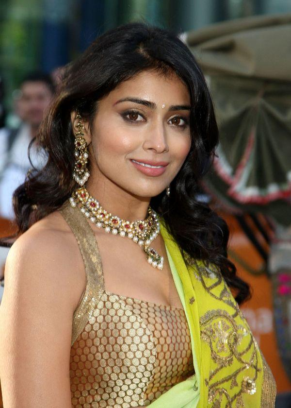 Shriya Saran At Award Show Wallpapers