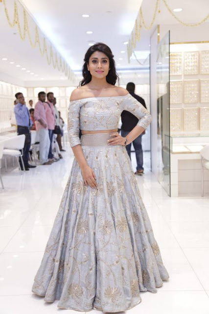 Shriya Saran At Rampwalk Full HD Images