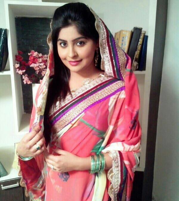 Yukti Kapoor Beautiful Images In Saree