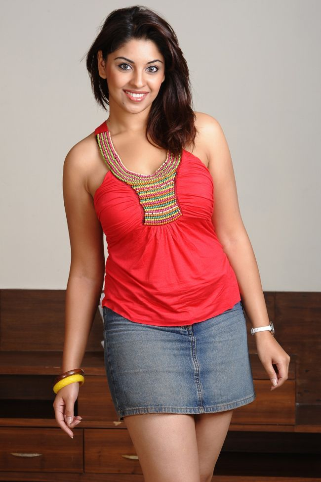 Richa Gangopadhyay Wallpapers In Short Cloths